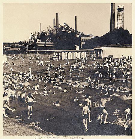 L'idée d'une piscine à cet endroit remonte à 1925 alors que la ville d'Esch cherchait à développer la pratique de la natation. Les Sociétés Minière et Métallurgique des Terres Rouges avaient alors accepté de mettre à disposition un étang qui se trouvait sur le territoire de Russange.