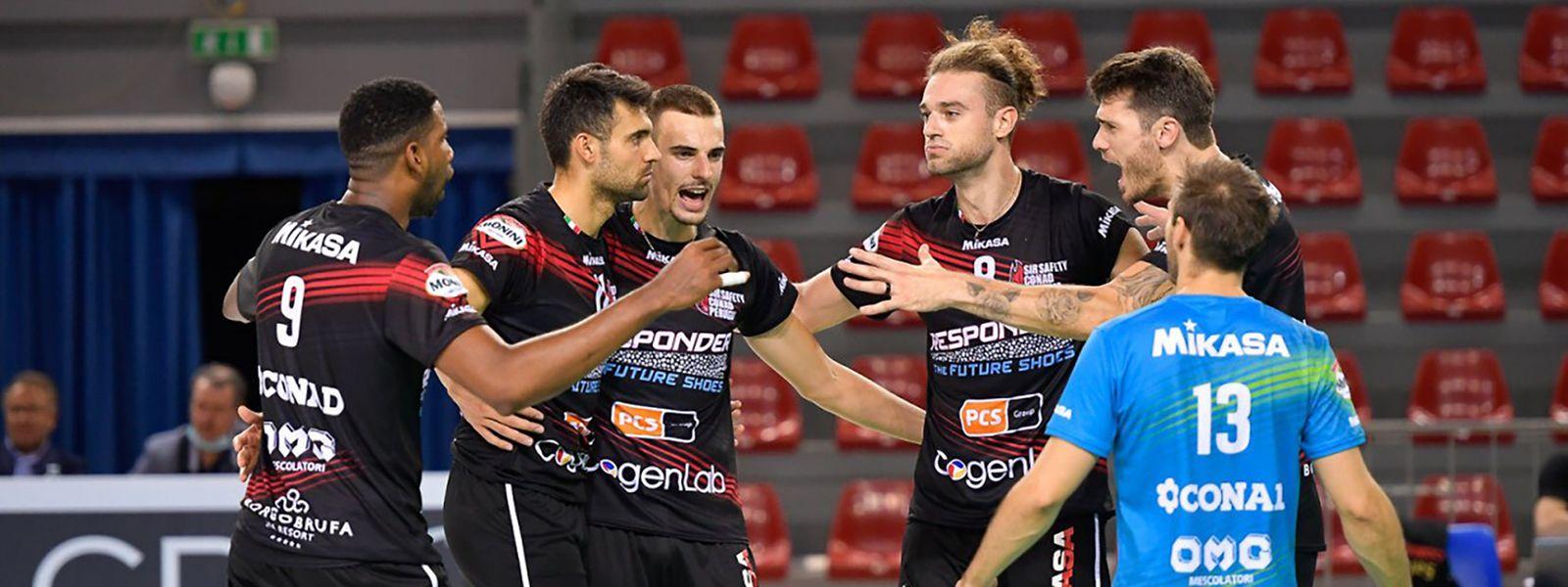 Kamil Rychlicki (3.v.r.) reiht sich in die Perugia-Mannschaft um Starspieler Wilfredo León (l.) ein. Gegen seinen Ex-Club Civitanova setzt es in der Vorbereitung allerdings eine Niederlage.
