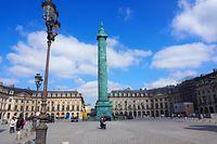 Fast menschenleer ist die Place Vendome in der Pariser Innenstadt. Im Kampf gegen die Corona-Pandemie gelten im Großraum Paris und anderen Teilen Frankreichs seit Samstag neue Beschränkungen. Die Menschen können aber tagsüber ohne Zeitbeschränkung vor die Türe gehen.