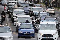 Trânsito na capital francesa de Paris. A autarquia local pretende reduzir drasticamente o tráfego rodoviário no centro da cidade a partir de 2022, com vista a uma maior sustentabilidade ambiental.