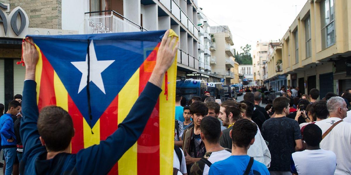 """Die """"Estelada""""-Flagge ist in den vergangenen Wochen in Katalonien omnipräsent."""