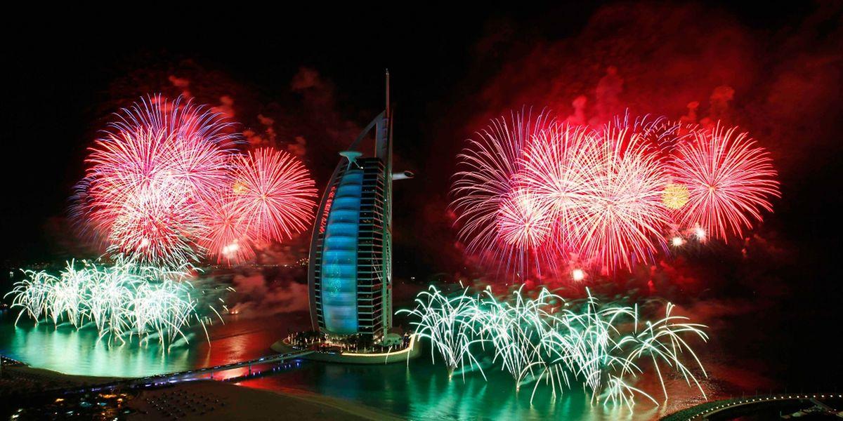 """Auch am Wasser geht in Dubai an Silvester die Post ab: Das Luxushotel """"Burj al Arab"""" ist Schauplatz eines außergewöhnlichen Feuerwerks."""