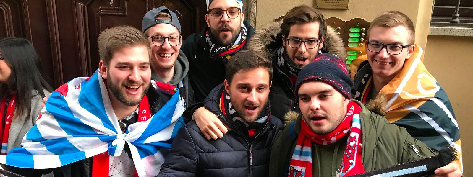 Die Düdelinger Fans stimmen sich in einem Mailänder Pub auf das Spiel im San-Siro-Stadion ein.