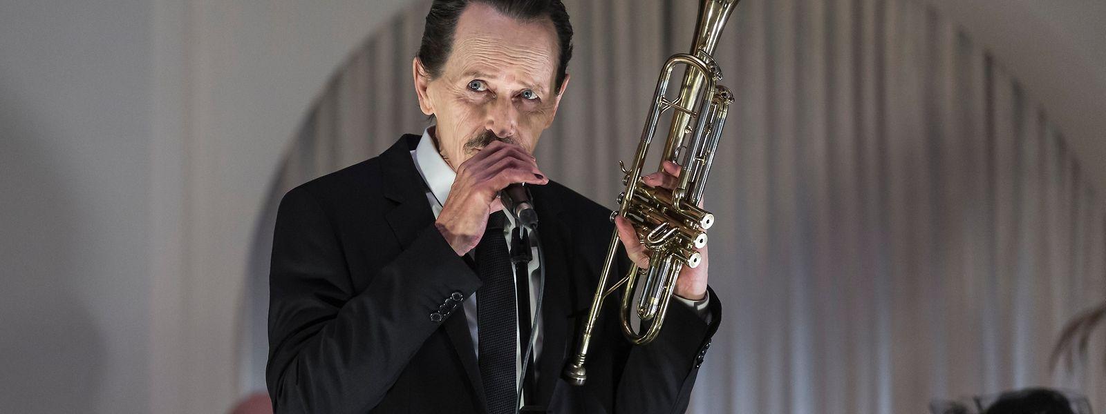 L'acteur canadien Stephen McHattie campe un trompettiste héroïnomane, accablé par une crise existentielle.