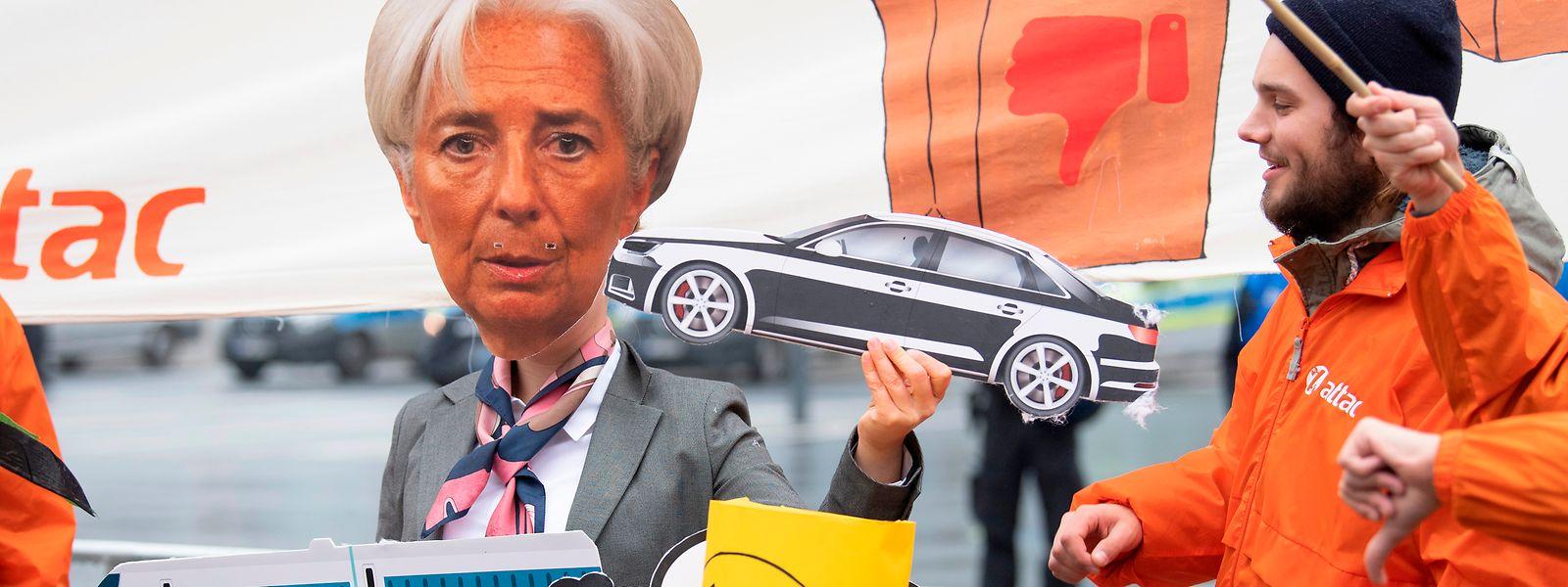 Als Christine Lagarde verkleidet protestierten etwa 200 Menschen vor dem EZB-Gebäude.