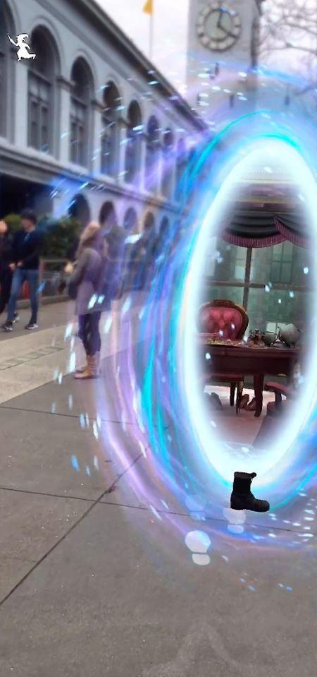 Wer unterwegs magische Gegenstände entdeckt, kann sich etwa mit Wischgesten auf dem Display in Zauberei versuchen.