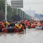 China. Por causa das cheias, milhares de pessoas são obrigadas a deixar as suas casas