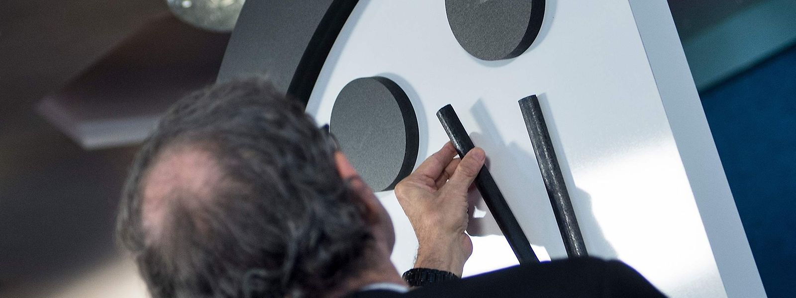 Die Wissenschaftler beim Vorrücken der Uhr.