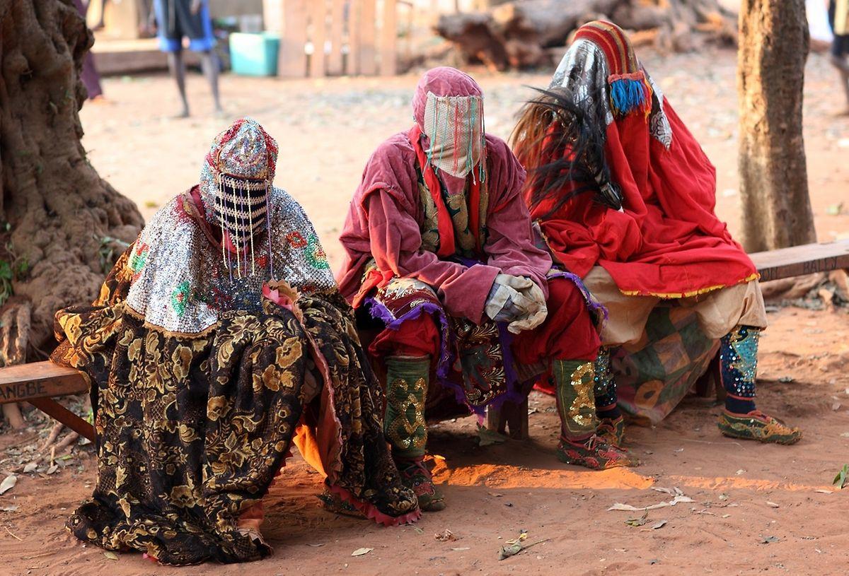 Egungun-Tänzerinnen der Yoruba in Nigeria. Ein Egungun ist im Ahnenkult der Yoruba ein Medium, das als Maskentänzer in einem Ritual auftritt, in dem es vom Ahnen besessen ist.