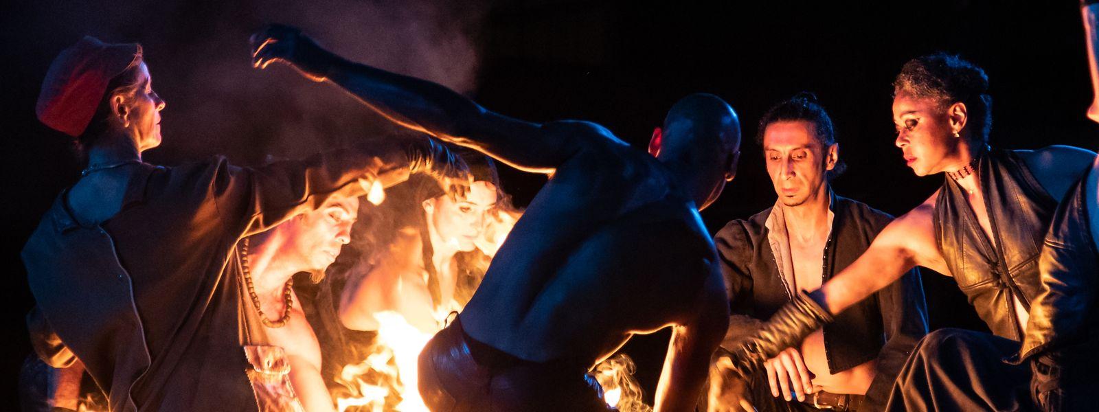 Les artistes ont présenté un spectacle de feu spectaculaire à Belval le samedi soir.