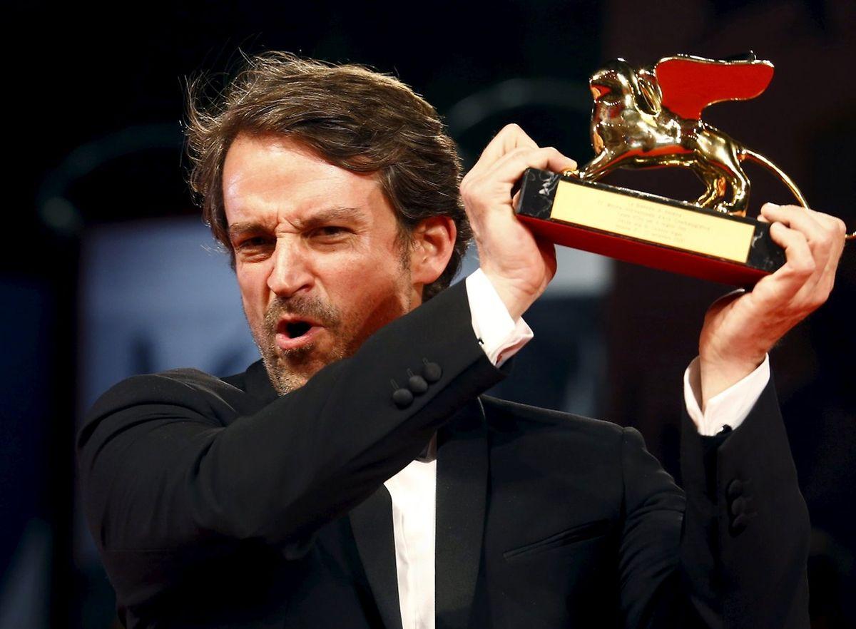 """Regisseur Lorenzo Vigas bekam die Trophäe für seinen Film """"Desde allá""""."""