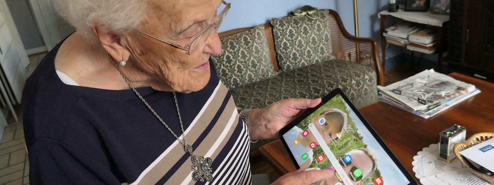 Trotz ihrer 92 Jahre wirkt der Umgang mit dem Tablet bei Thya Schon fast wie ein Kinderspiel.
