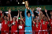 Bayern Munich's German goalkeeper Manuel Neuer raises the German Cup (DFB Pokal) trophy as he and his teammates celebrate winning the final football match Bayer 04 Leverkusen v FC Bayern Munich at the Olympic Stadium in Berlin on July 4, 2020. (Photo by Alexander HASSENSTEIN / POOL / AFP) / DFB REGULATIONS PROHIBIT ANY USE OF PHOTOGRAPHS AS IMAGE SEQUENCES AND QUASI-VIDEO.