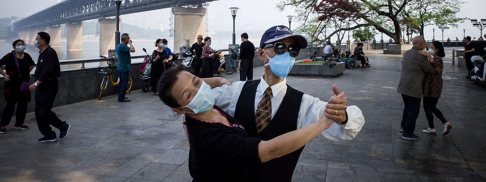 Ein Tänzchen zum Nationalfeiertag: Auch China lockert seine Auflagen, wie hier in Wuhan.