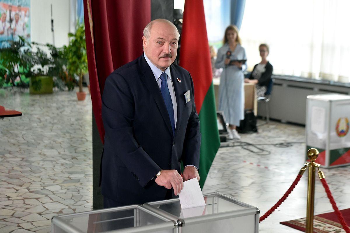 Staatschef Alexander Lukaschenko gibt seinen Wahlzettel ab.