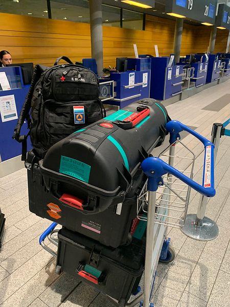 O equipamento 'emergency.lu' foi levado no avião pelos dois especialistas