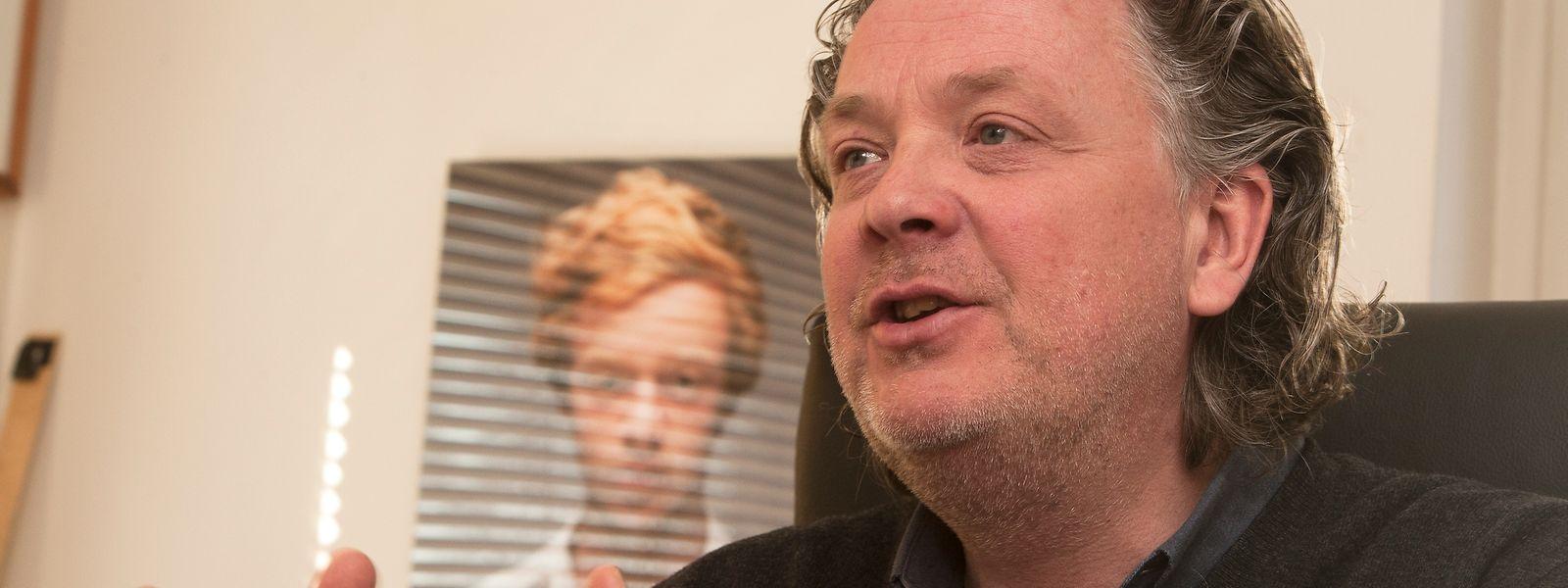 Claude Waringo erklärt den Wahlprozess beim Luxemburger Filmpräis.