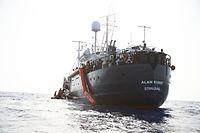 """HANDOUT - 05.07.2019, ---: Flüchtlinge werden vor der Küste von Libyen von Mitgliedern der Rettungsorganisation Sea-Eye (l) auf deren Hilfsschiff """"Alan Kurdi"""" gebracht. Foto: Fabian Heinz/Sea-Eye/dpa - ACHTUNG: Nur zur redaktionellen Verwendung im Zusammenhang mit der aktuellen Berichterstattung und nur mit vollständiger Nennung des vorstehenden Credits +++ dpa-Bildfunk +++"""