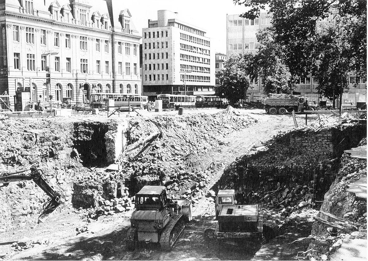Juillet 1974 : photo des fondations du Centre Hamilius, prises du côté de l'immeuble situé 49, boulevard Royal