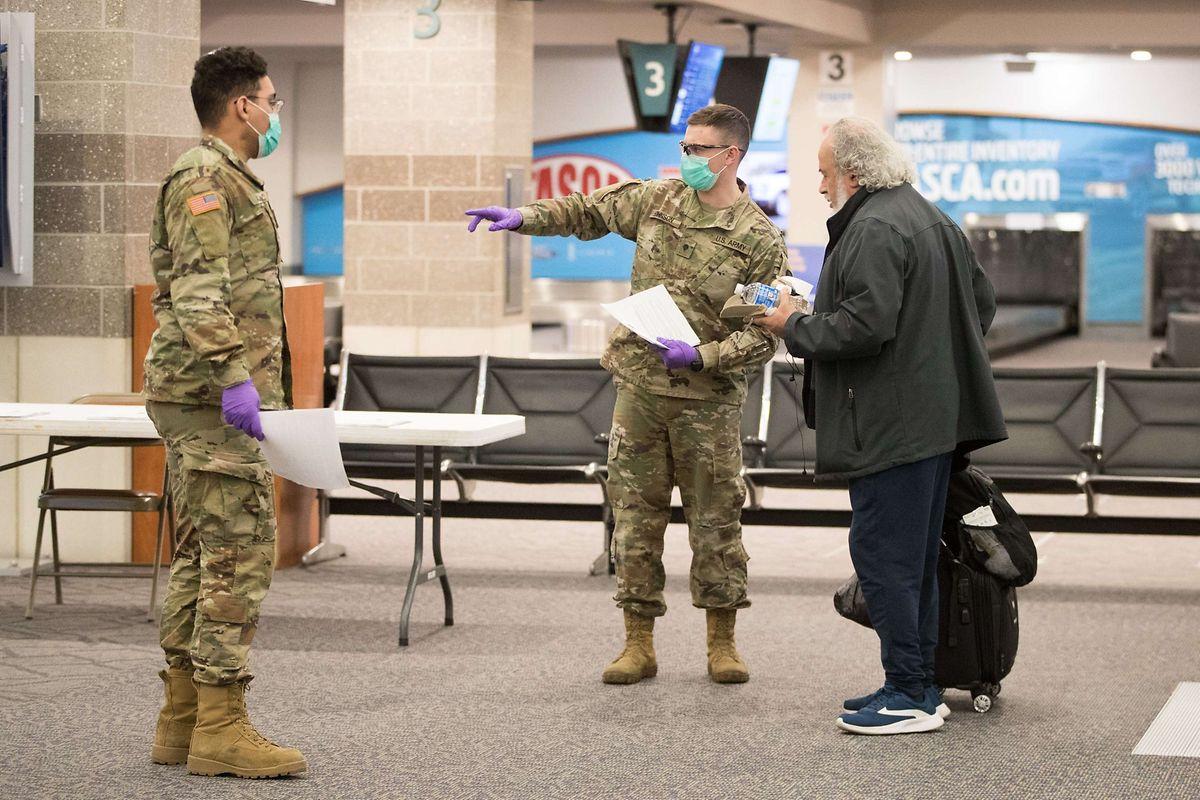 Die National Guard empfängt einen Reisenden am TF Green Airport in Warwick, Rhode Island.