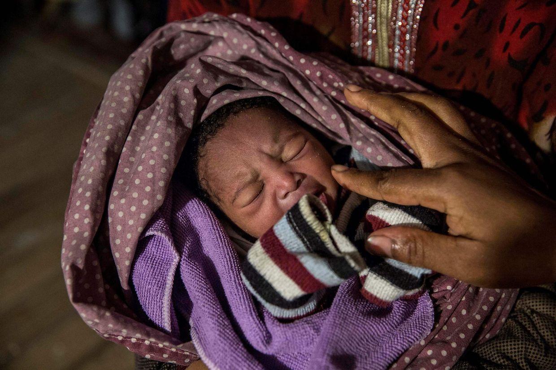 Nur eine Mutter und ihr Neugeborenes konnten zuerst das Rettungsschiff Richtung Festland verlassen.