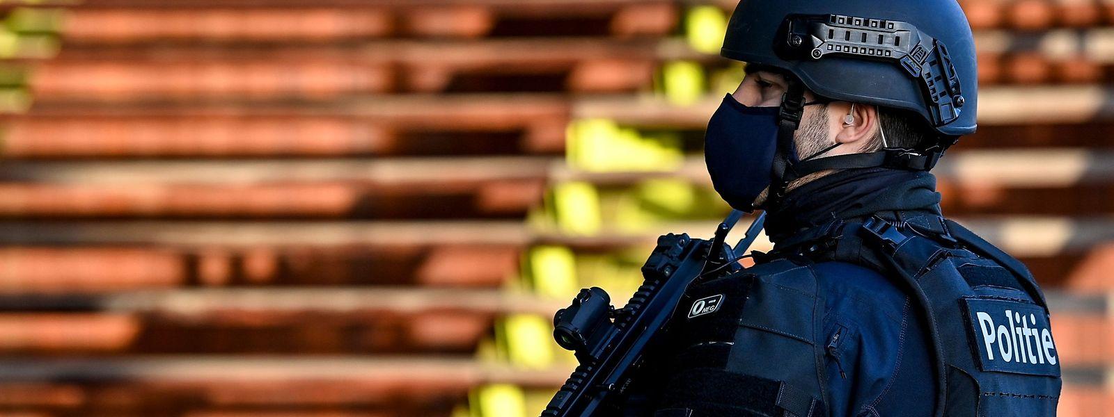 Bewaffnete Polizisten patrouillieren am Donnerstag vor dem Justizpalast.