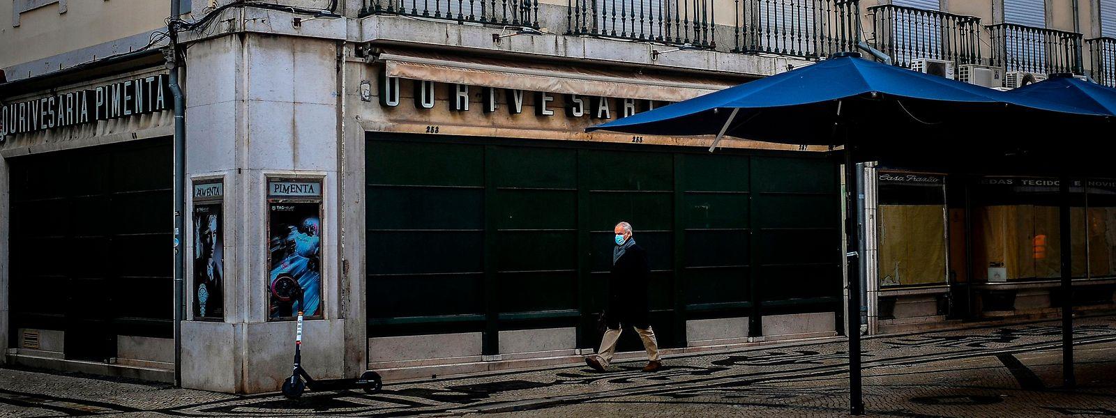 Si les rues du centre de Lisbonne sont moins fréquentées que d'ordinaire, de nombreux habitants sont toutefois sortis de chez eux en ce premier jour de confinement.
