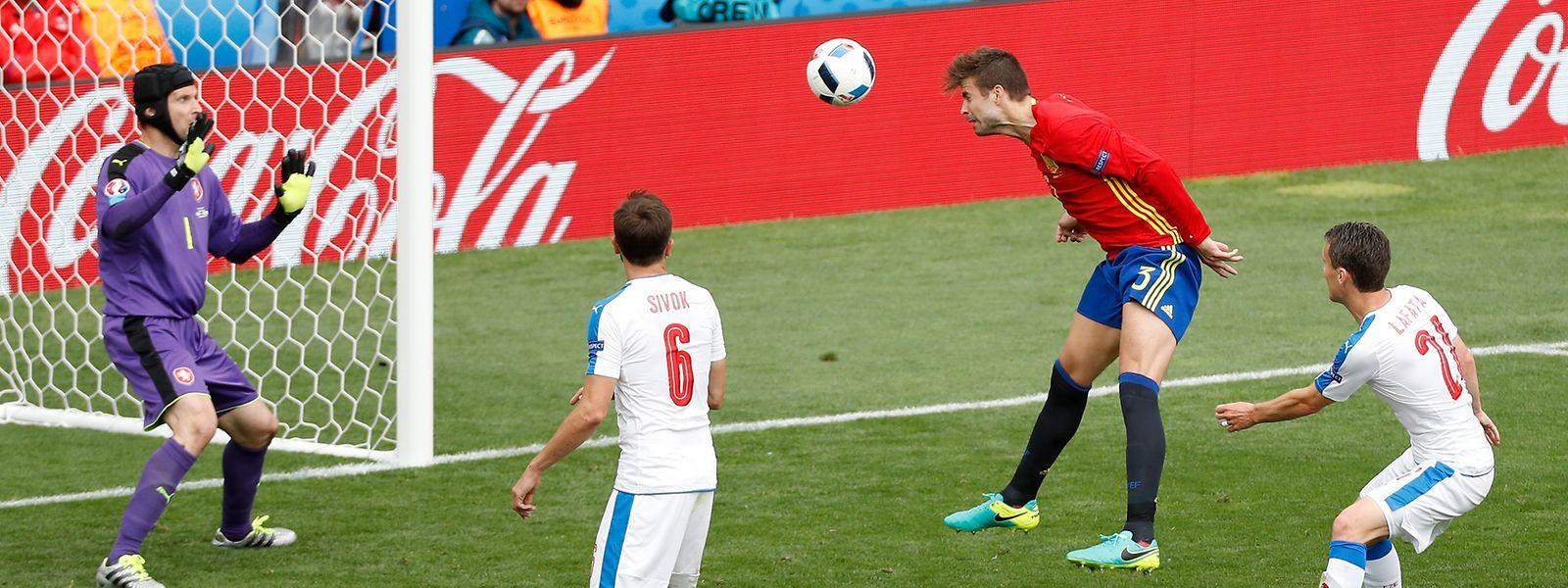 Passgenau in die Ecke: Piqué trifft für Spanien.