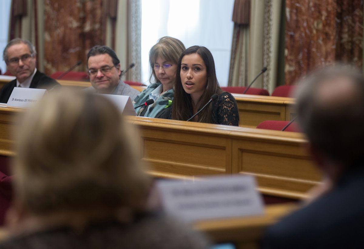 Tânia Silva durante a apresentaçâo da petição