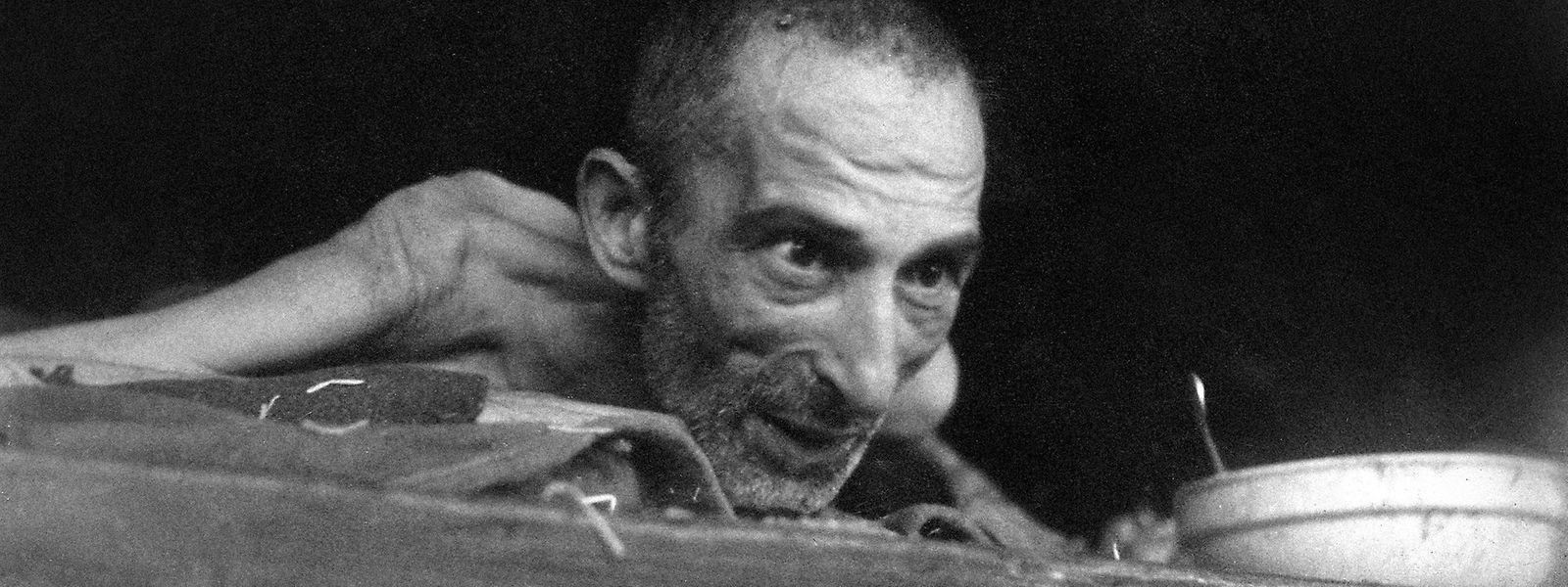 Die Fotografien von Eric Schwab sind von bestechender Klarheit und Einfachheit, sie sind Zeugnisse des Mordens und Sterbens. In den Bildern sprechen die Opfer zum Betrachter und erzählen ihre Geschichte, wodurch ihr Verlust von Scham und Würde wieder aufgehoben wird und das selbst in den Minuten vor dem Tod – wie bei diesem Bild, das einen Sterbenden im KZ Buchenwald zeigt, der wenige Minuten nach der Aufnahme an den Folgen der Ruhr gestorben ist.