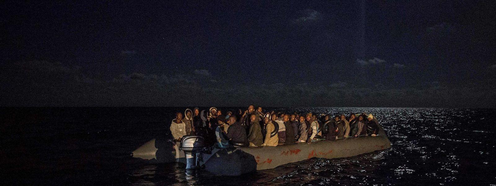 Die Migranten waren mit diesem Boot unterwegs, bevor sie gerettet wurden.