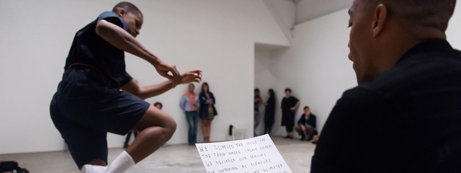 Adam Linder blickt in fünf Performances auf die ökonomischen Zusammenhänge von Tanz und Geld.