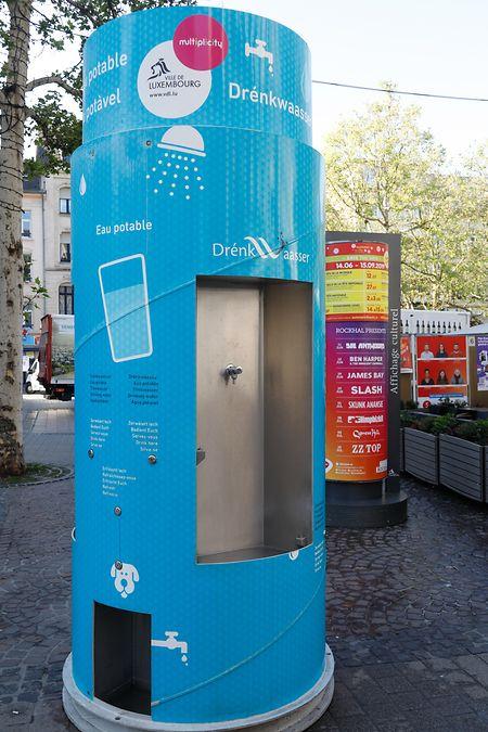 In der warmen Jahreszeit werden an Punkten mit hohem Besucheraufkommen zustätzliche Wassersäulen installiert, wie hier an der Place d'Armes.