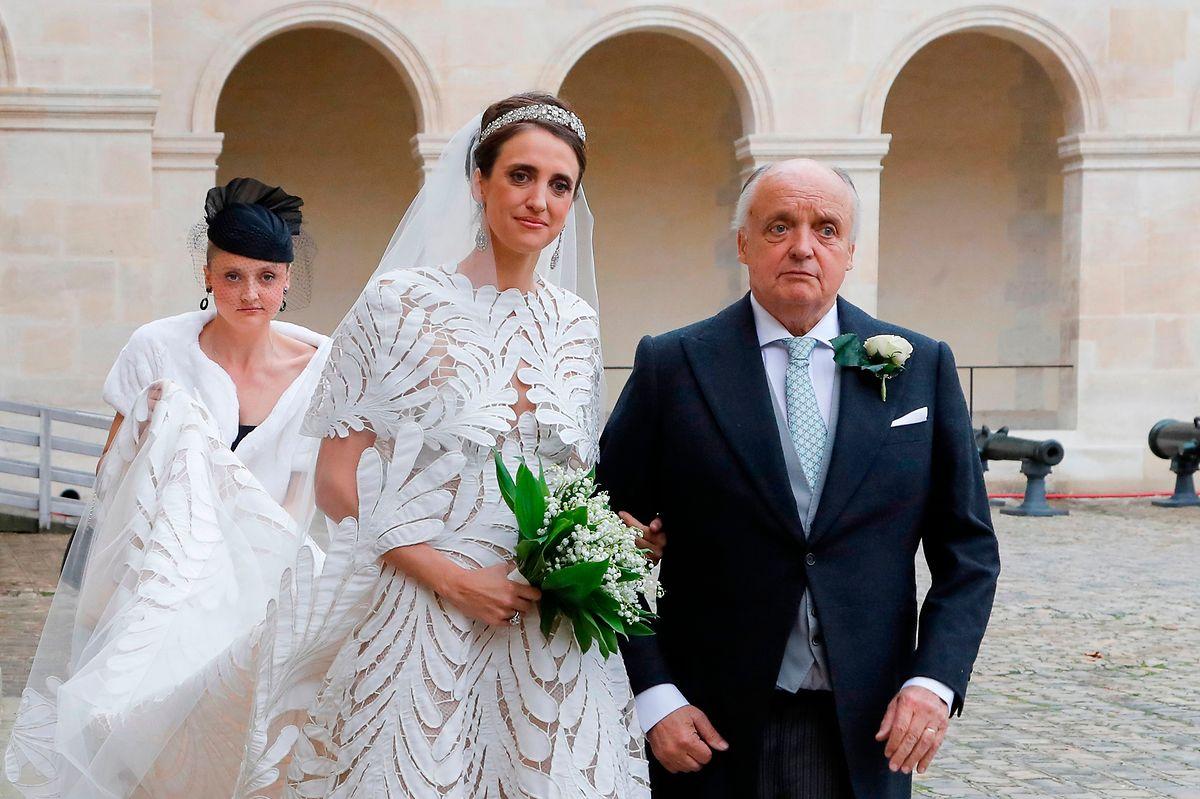 A noiva de braço dado com o pai.