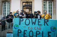 Un peu moins d'une centaine de manifestants se sont réunis devant la Chambre pour rappeler au gouvernement ses engagements en matière de protection du climat.