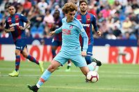 """(FILES) In this file photo taken on May 18, 2019 Atletico Madrid's French forward Antoine Griezmann controls the ball during the Spanish League football match between Levante and Atletico Madrid at the Ciutat de Valencia stadium in Valencia. - Atletico Madrid have accused Barcelona and Antoine Griezmann of a """"lack of respect"""" after the Catalan giants' president Josep Maria Bartomeu revealed on July 5, 2019 that the two clubs had held talks about the signing of the France international. (Photo by JOSE JORDAN / AFP)"""
