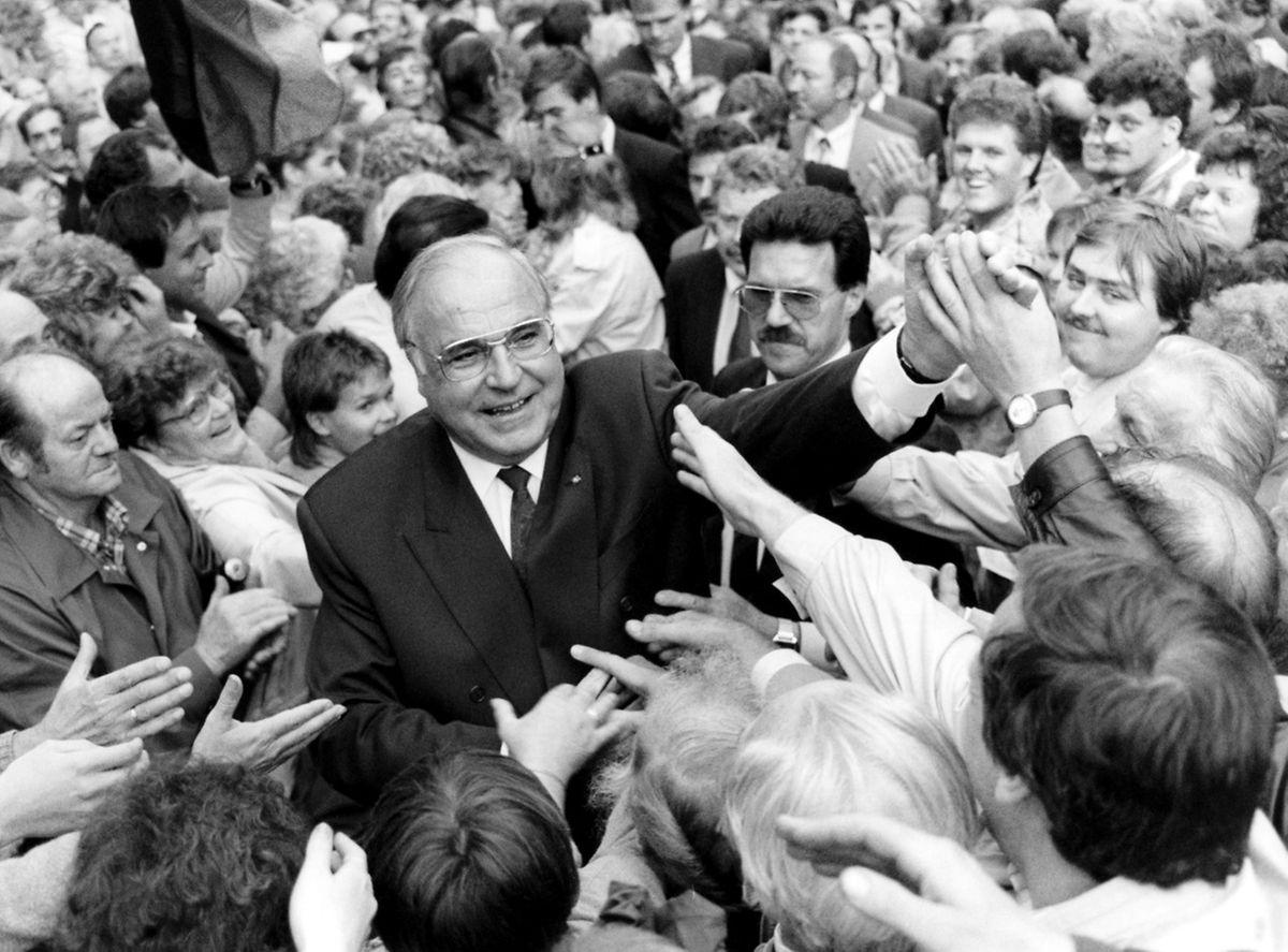 Kohl wurde im allgemeinen als Einheitskanzler gesehen - das Foto zeigt ihn 1990 mit Bürgern der ehemaligen DDR.