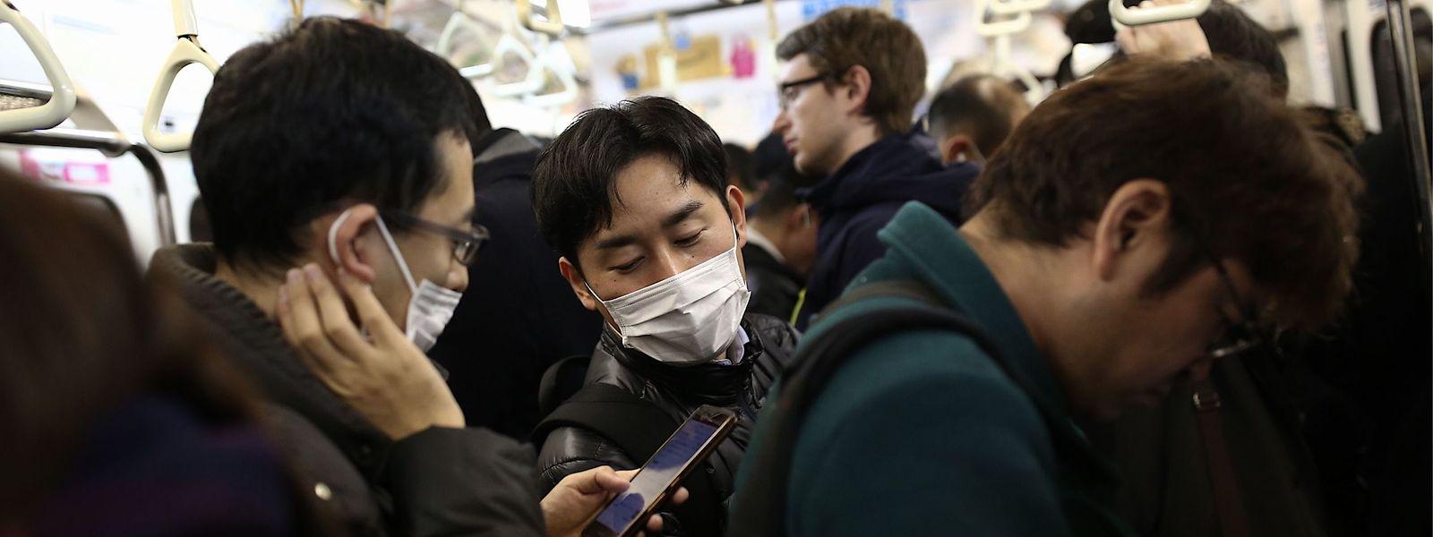 Passagers dans un train à Tokyo. Un virus rode...