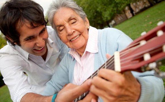 Bei Schlaganfallpatienten kann das Musizieren der Feinmotorik auf die Sprünge helfen.