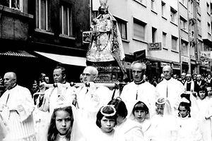 Die Kommunionskinder bei der Schlussprozession 1976.
