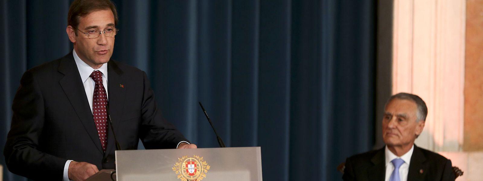 O primeiro-ministro de Portugal, Pedro Passos Coelho, acompanhado pelo Presidente da República