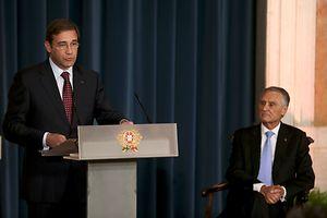 O primeiro-ministro de Portugal, Pedro Passos Coelho (E), acompanhado pelo Presidente da Rep�blica de Portugal, An�bal Cavaco Silva (D), discursa na cerim�nia de tomada de posse do XX Governo Constitucional, no Pal�cio da Ajuda, em Lisboa, 30 de outubro de 2015. TIAGO PETINGA/LUSA