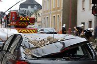 Lokales, online, Pétange, Petingen,  rue Neuve,  ,Tornado, Sturm, 2. Tag, Helfer, Aufräumarbeiten,   Foto: Anouk Antony/Luxemburger Wort