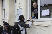Bei der Stëmm vun der Strooss in Esch wird das Essen vom Fenster aus an die Menschen verteilt. Am Dienstag passierten dort 67 Personen.