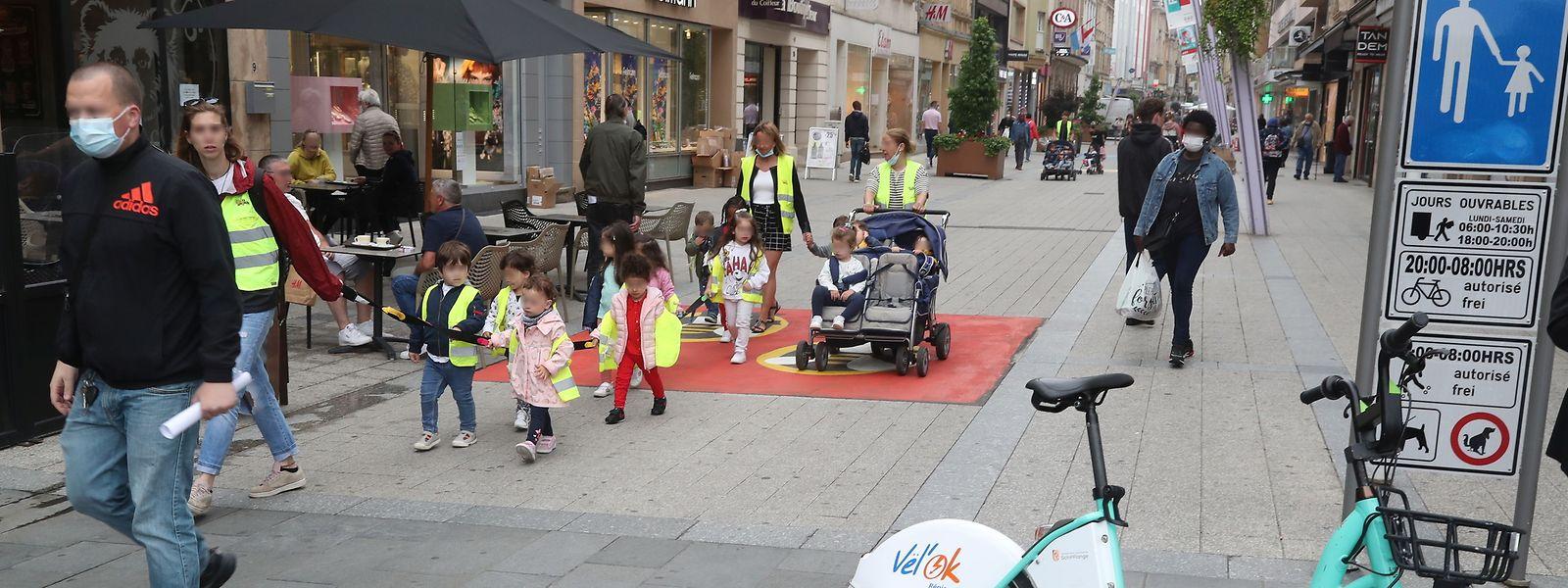 Die Schilder zeigen: Fahrräder sind in der Fußgängerzone tagsüber nicht erwünscht.