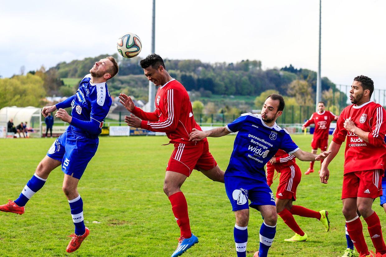 Lintgen - Mertzig 3-0.Duel aérien entre Steve Ribeiro et Ediclei Da Silva.