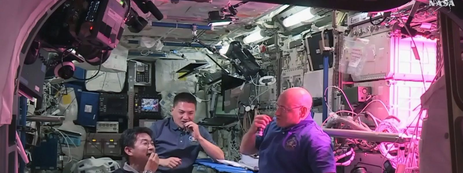 Herzhafter Salatgenuss auf der ISS: Kimiya Yui, Kjell Lindgren und Scott Kelly (v.l.n.r.).