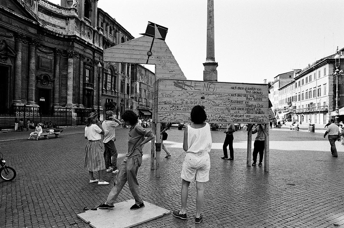 Der Bildhauer Alfred Hrdlicka schuf 1986 ein Holzpferd mit SA-Kappe und Hakenkreuz: Es sollte an Waldheims geleugnete Zugehörigkeit zur Reiter-SA erinnern und stand zur Inauguration Waldheims auf dem Wiener Stephansplatz.