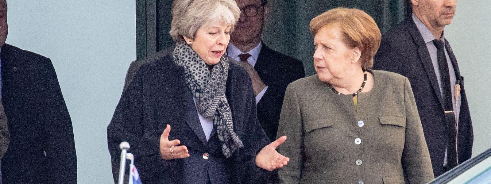 Bundeskanzlerin Angela Merkel kommt neben der britischen Premierministerin Theresa May aus dem Bundeskanzleramt. Thema des Gesprächs war die Vorbereitung des Brexit-Sondergipfels der EU.