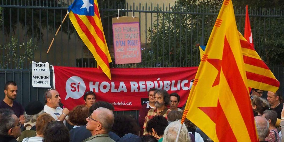 Environ 500 personnes ont manifesté devant le consulat espagnol de Perpignan le 2 octobre, avec des drapeaux catalans.